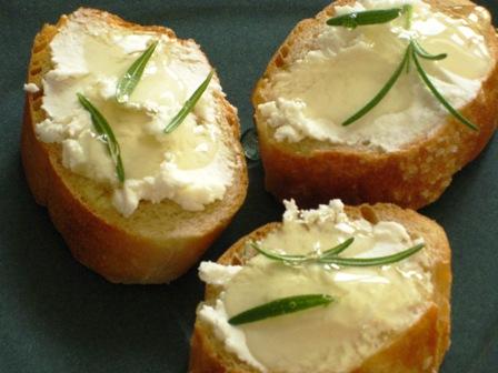 Crostini with goat cheese, honey, rosemary